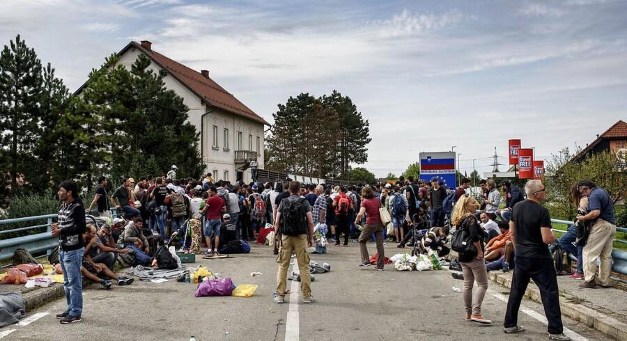 Migranter venter i september 2015 ved den lukkede grænse mod Slovenien i den kroatiske grænseby Harnica.