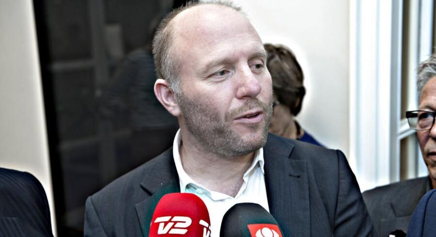 Formand for akademikerne Lars Qvistgaard stod lørdag morgen side om side med regionernes chefforhandler Anders Kühnau foran forhandlingslokalet.