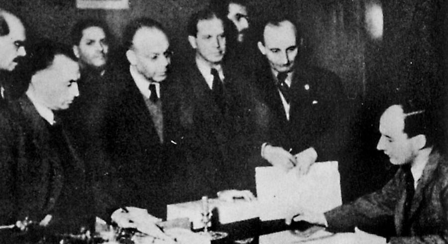 Det sidste foto af Raoul Wallenberg blev taget på hans kontor i Budapest 26. november 1944. Wallenberg ses siddende ved bordet. Scanpix/Ukendt