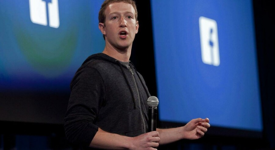 Da Facebook-stifter Mark Zuckerberg startede det sociale medie var det bare et sted, hvor folk kunne komme i kontakt med deres sociale relationer, nu er det et af verdens største selskaber, der skuer efter nye måder at tjene penge på. Her taler stifteren under et arrangement tilbage i 2013 i Facebooks hovedkvarter i Californien, USA. EPA/PETER DASILVA