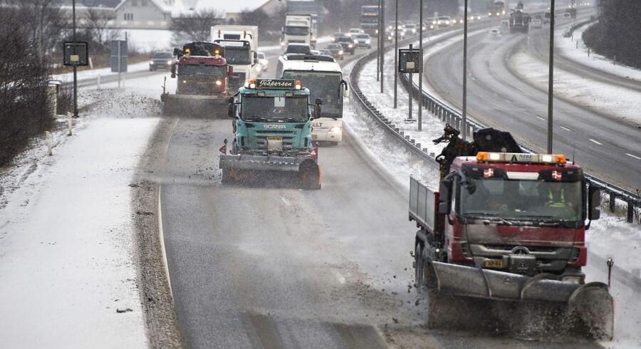 Sne og blæst satte sit præg på trafikken i Nordjylland om morgenen den 9. januar . Her arbejder sneplove på Motorvej E45 nord for Aalborg