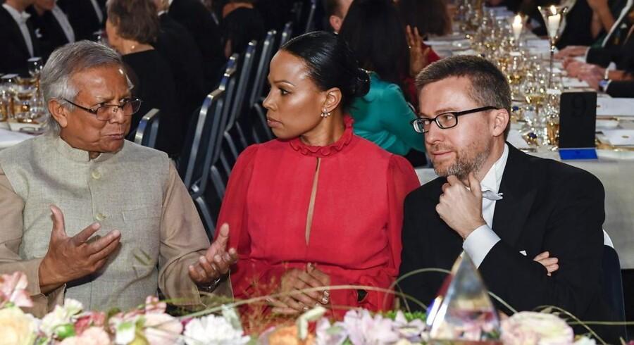 Alice Bah Kuhnke til bords med den bangladeshiske økonom Muhammad Yunus (tv.) og EU-kommissær Carlos Moedas (th.) ved sidste års Nobelpris-ceremoni i Stockholm.