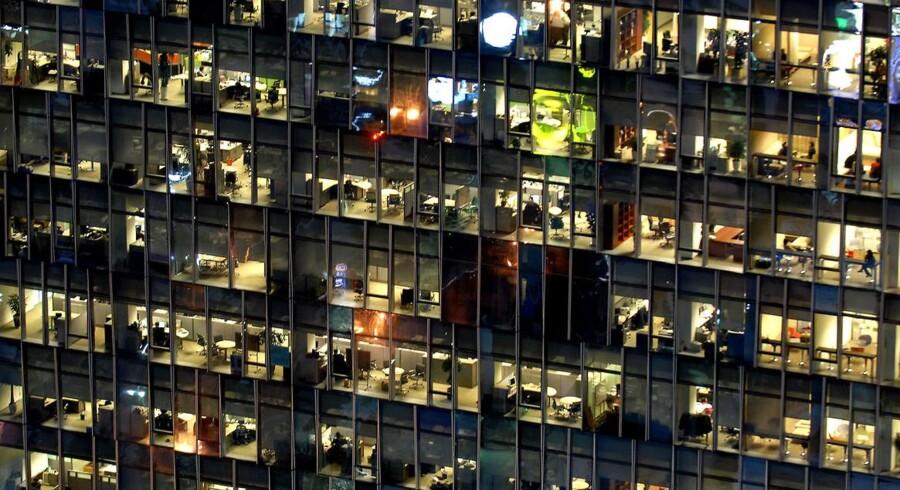 En kontorbygning i Seoul en sen aftentime, hvor der stadig er mange ansatte på arbejde.