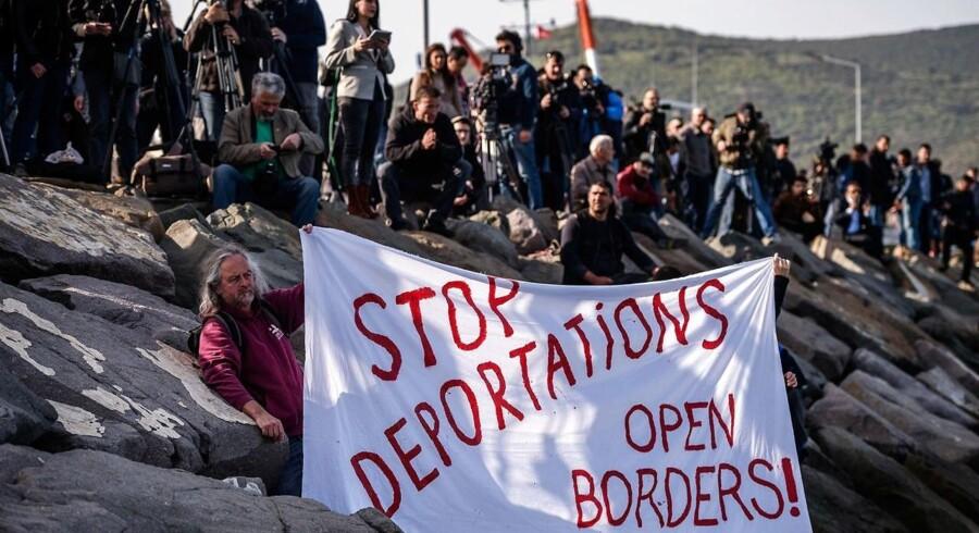 B.dks reporter i Dikili forklarer, at de lokale har mange fordomme mod flygtningene. Her er det dog tyske demonstranter, der møder de første flygtningebåde.