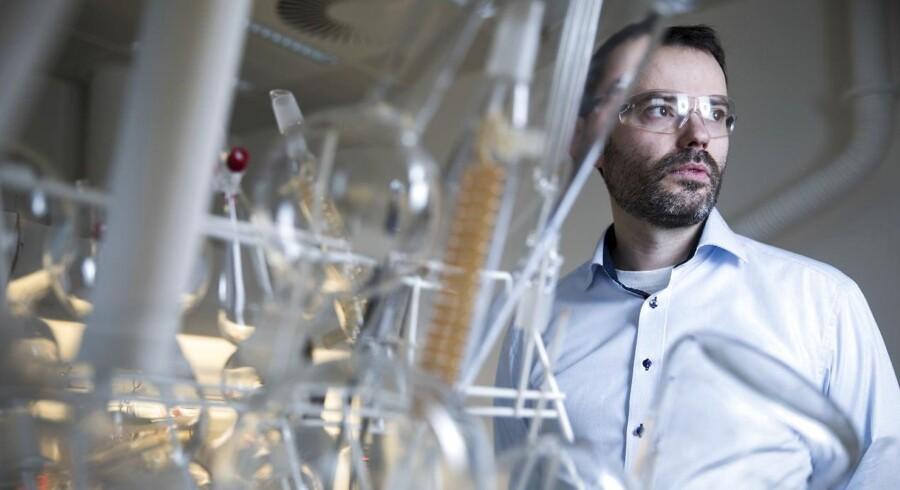 Den 41-årige kemiker, Henrik Helligsø Jensen, har masser af erfaring som forskningsleder, har arbejdet som forsker på britiske universiteter og har en lang række videnskabelige artikler bag sig. Alligevel kniber det for Aarhus-forskeren med at tiltrække forskningmidler til sin grundforskning i bl.a. kulhydratkemi.