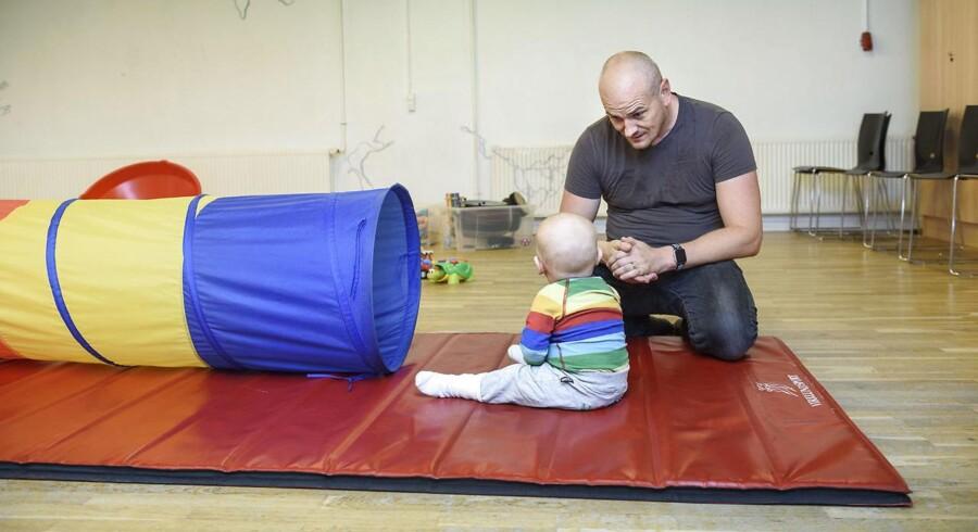 Karen Ellemann på beøg på Islands brygge, til legegruppe for fædre på barsel. Faderen Lasse og sønnen Leo.