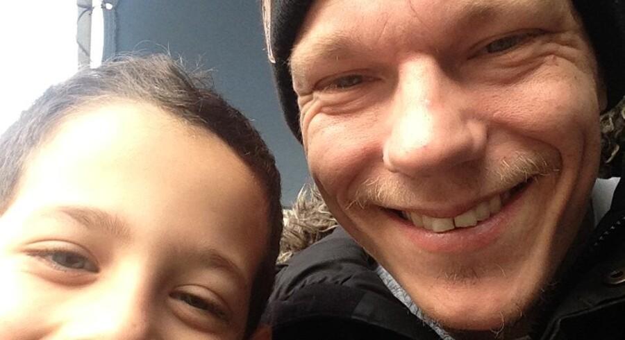 Thorbjørn Bech-Rossen, kendt som rapperen Ham Den Lange, ankom til den græske ø Leros 17. december, og han forventer i øjeblikket at tage hjem igen sidst i januar. Intet ligger dog fast, og han forventer ikke at blive i Danmark længe, før han igen skal lave nødhjælpsarbejde.