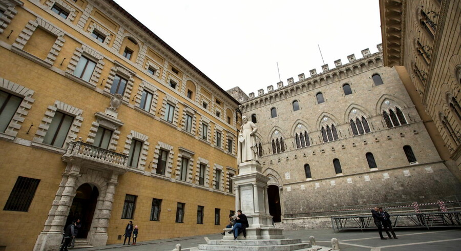 epa05682271 (FILE) A file photo dated 23 March 2016 shows the monument of Sallustio Bandini, Siena's Library founder, in front of the Banca Monte dei Paschi di Siena (BMPS or MPS) headquarters, in Piazza Salimbeni (Salinbeni Square), in Siena, Italy. According to media reports on 19 December 2016, Monte dei Paschi has started a share offer ojn 19 December that is to last until 22 December. The move is aimed at strenghtening the bank's financial situation and avoid being bailed out by Italian government. According to reports, some 35 per cent of the shares will be sold to individual investors, while the rest goes to institutional investors. EPA/MATTIA SEDDA