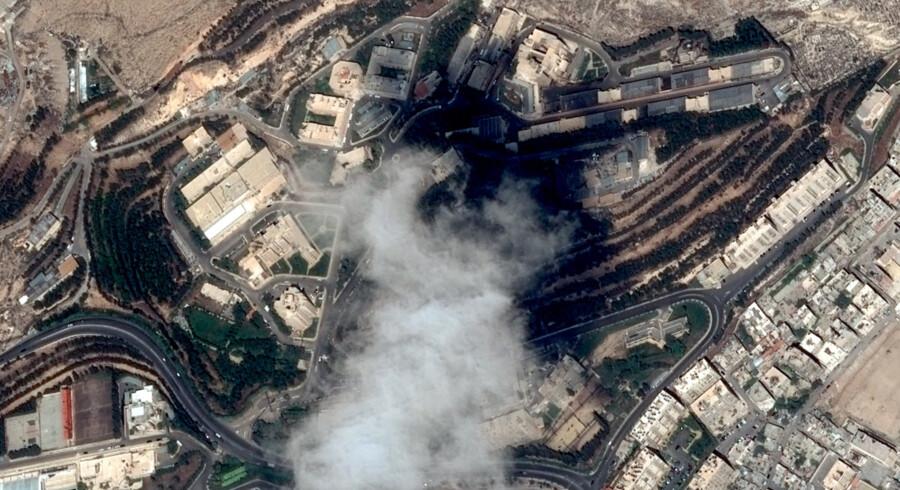 Flere syriske militærpositioner har natten til mandag været mål for raketangreb. Satellitfoto viser et syrisk forskningscenter, som 14. april var mål for et angreb fra USA, Storbritannien og Frankrig. Scanpix/Handout/arkiv