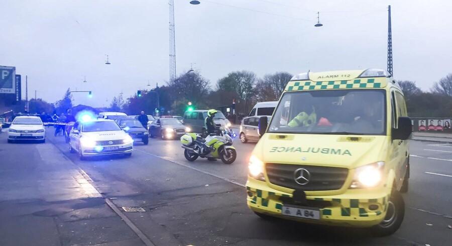 Politi og ambulance på Tagensvej i København i forbindelse med skyderi i Mjølnerparken torsdag.
