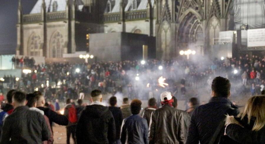 Politiet i Køln har modtaget mere end 100 anmeldelser af overgreb, heraf langt størsteparten sex-krænkelser, som fandt sted nytårsaften på pladsen uden for Hovedbanegården og Domkirken.