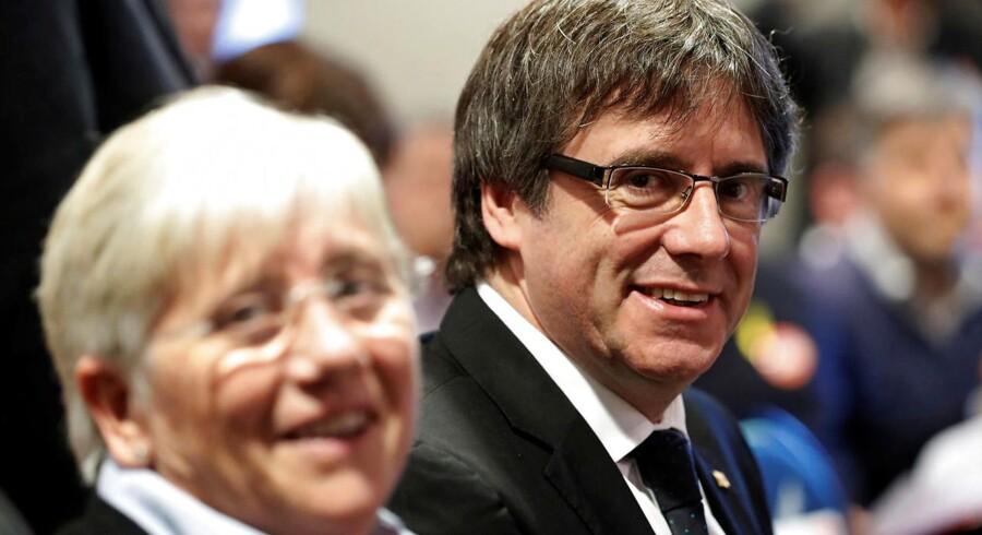 Spaniens højesteret trækker en international anholdelsesordre på Cataloniens tidligere leder Carles Puigdemont tilbage, skriver Reuters.