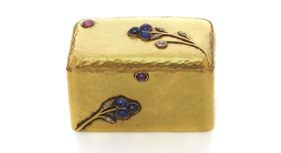 Lille æske fra 1890erne af guld med rubiner, safirer og diamanter. Mesteren for den udsøgte lille æske var værkmester A. Holmström.
