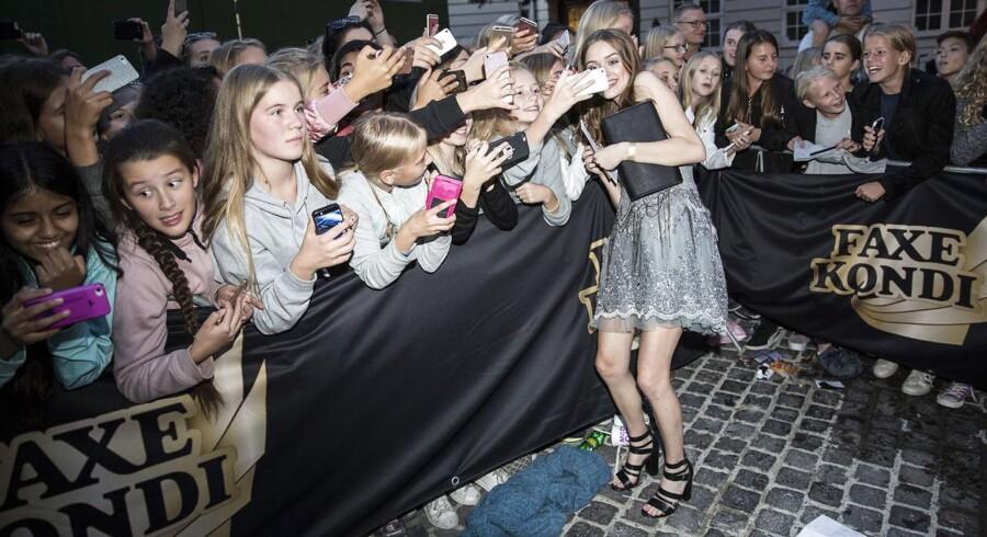 Unge youtubere er forbilleder for tusindvis af danske børn og unge. Her ses 18-årige Louise Bjerre, som har knap 143.000 følgere på sin YouTube-kanal, sammen med nogle af sine fans. Foto: Nikolai Linares