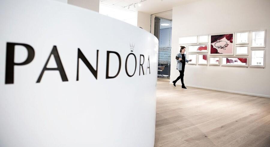 Pandora vrider sig fra den nedadgående tendens, og det skyldes ifølge Søren Løntoft Hansen, der er aktieanalytiker i Sydbank, at der blandt andet er kommet kommentarer i markedet om et godt salg af den nye Shine-kollektion. Det er den første fra selskabet, siden Rose-kollektionen og Disney-smykkerne så dagens lys tilbage i 2014, hvor de blev lanceret på det amerikanske marked.