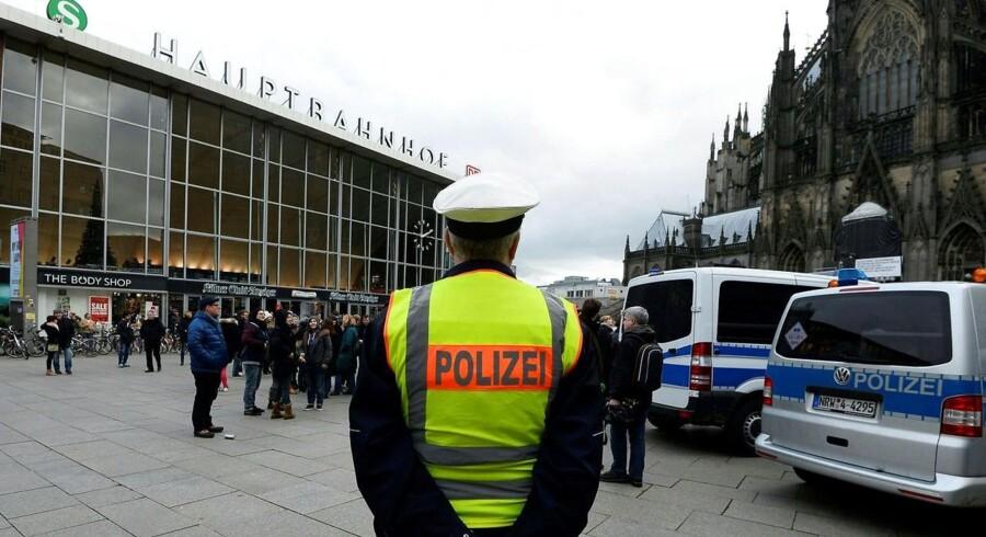 Politiet holder fortsat et vågent øje med pladsen foran Kølns hovedbanegård, hvor talrige kvinder nytårsaften blev udsat for sexovergreb. Fredag blev politichefen imidlertid sendt hjem som følge af miseren.