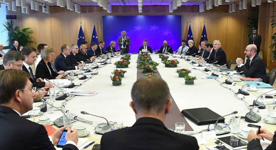 EU27-lande vedtager, at der er tilstrækkelige fremskridt i første fase af brexit-forhandlinger. Dermed kan forhandlinger om fremtidens forhold komme i gang.