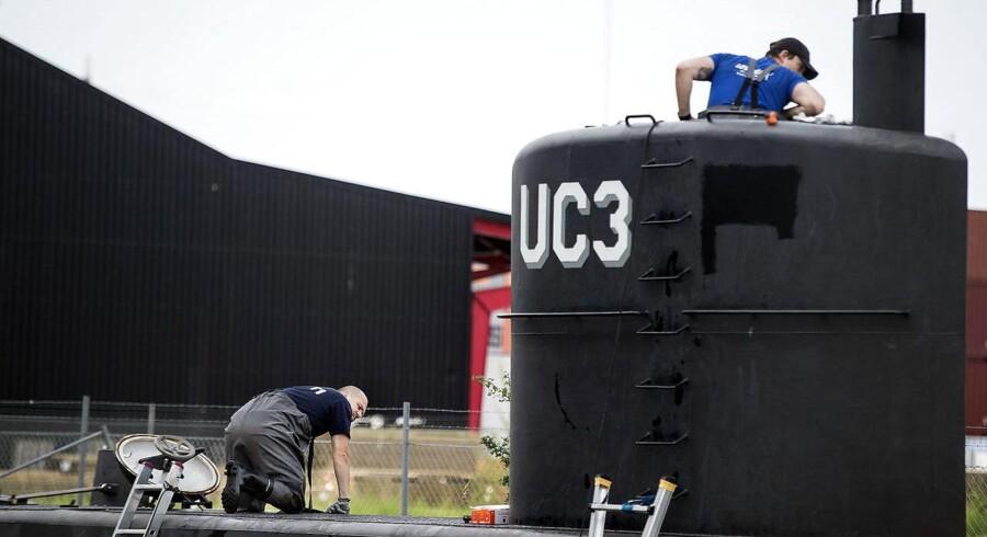 Ifølge Peter Madsens egen forklaring døde Kim Wall som følge af en ulykke, da han glider mens han holder den tunge luge til ubådstårnet, så den pludselig smækker i.