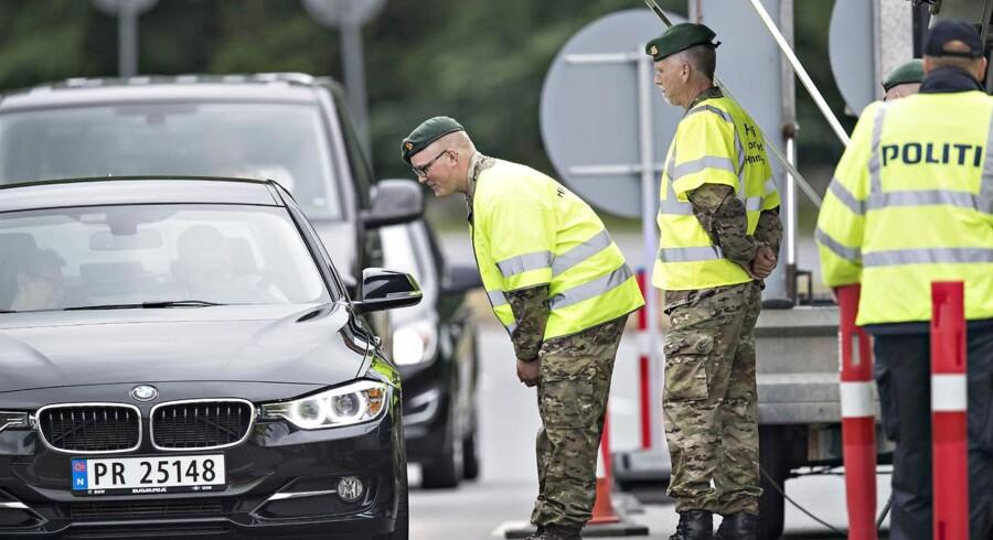 »Det vil ramme grænsekontrollen mærkbart, og selv om vi i første omgang har friholdt politikadetterne, så føler vi os tvunget til at komme med et modsvar til den meget voldsomme lockout af 120.000 statsansatte,« siger forbundsformand Claus Oxfeldt.