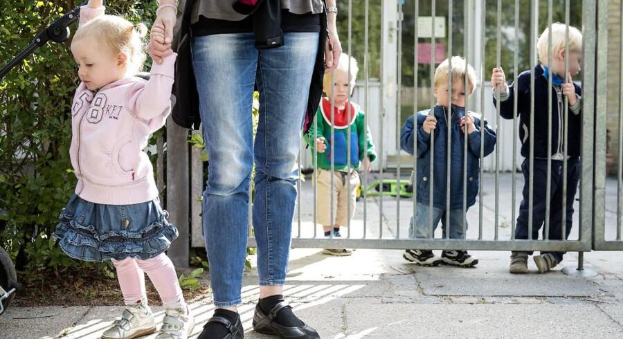 Daginstitutionen Stenurten har til de flestes tilfredshed indført vinkeforbud for forældre, når deres børn blev afleveret ved bussen.