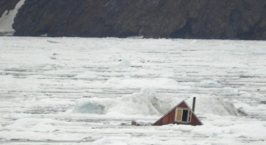 11 huse blev skyllet i havet, og fire mennesker forsvandt fra bygden Nuugaatsiaq, da den blev ramt af den voldsomme tsunami forrige lørdag.