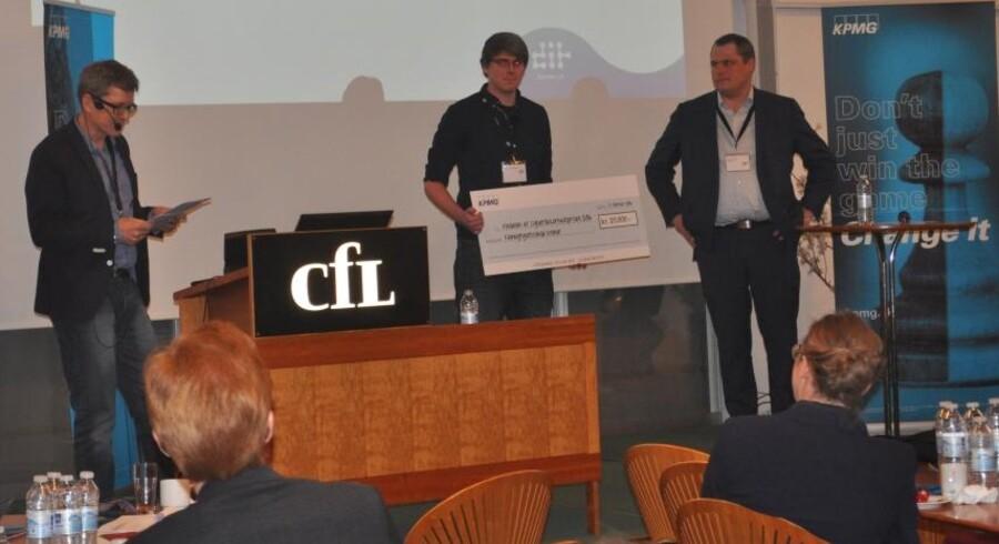 Hauke Jan Lübbers (i midten), som læser datalogi ved Københavns Universitet, får her som den første overrakt den nye cybersikkerhedspris samt 25.000 kroner for sin gode ide. Foto: Dansk IT