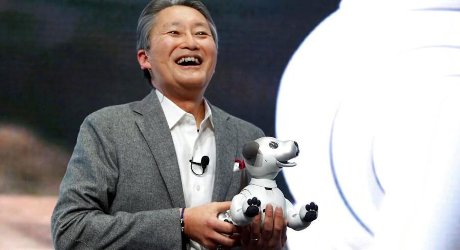 En topchef i topform: Kazuo Hirai præsenterede Sonys nye robothund, Aibo, på verdens største elektronikmesse i Las Vegas i begyndelsen af januar i år. Arkivfoto: Steve Marcus, Reuters/Scanpix