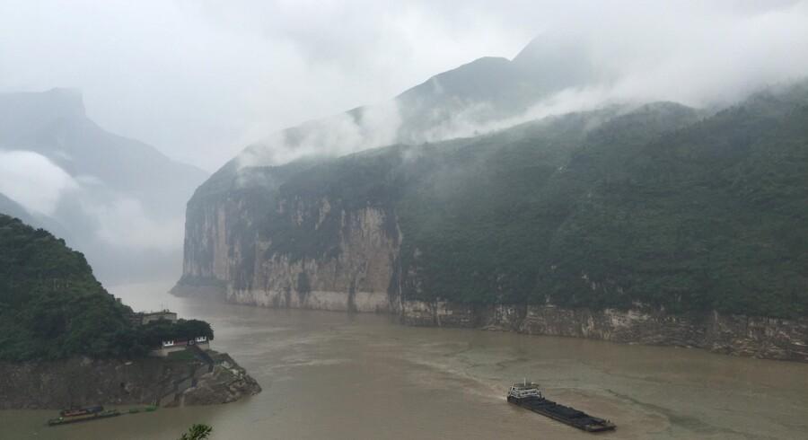 Yangtze floden strækker sig fra den vestlige del af Kina over til den østlige del.
