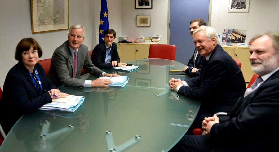 Et officielt foto fra denne uges startskud for egentlige Brexit-forhandlinger har vakt opsigt, fordi de tre EU-forhandlere til venstre i modsætning til den britiske Brexit-minister, David Davis, i midten til højre har hver deres bunke dokumenter foran sig. Davis havde sine dokumenter i kufferten, har embedsmænd pointeret, men kritikere ser det som symbolsk udtryk for, at den britiske regering ikke er parat til de afgørende forhandlinger. Foto: Thierry Charlier/Reuters