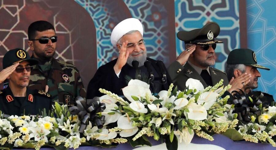 """Atomaftale med Iran hænger i en tynd tråd. Den amerikanske præsident Donald Trump har varslet, at han meget snart vil give besked om, hvorvidt USA vil blive i atomaftalen. Irans præsident, Hassan Rouhani (billedet mf.) slår fast, at den amerikanske regering kun """"ødelægger sin egen troværdighed"""" ved at trække sig fra aftalen."""