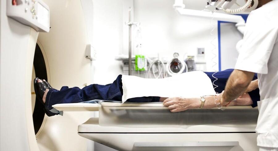 Hundredevis af danskere, som lever med frygten for en arvelig tarmkræftsygdom i familien, er blevet reddet fra en tidlig død. Det er sket ved at deltage i et omfattende screeningsprogram med gentest og hyppige undersøgelser, som spotter de første tegn på den frygtede sygdom så tidligt, at det er muligt at helbrede den – eller helt at forebygge, at den bryder ud.