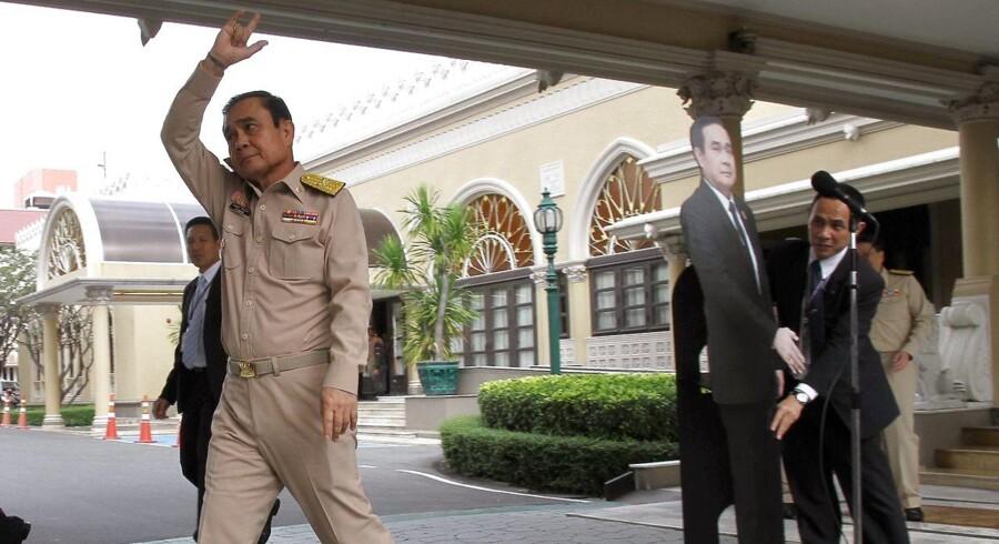 Thailands premierminister og juntaleder Prauth Chan-ocha har vakt opsigt ved at lade en papfigur af sig selv tage sig af kritiske spørgsmål fra pressen.