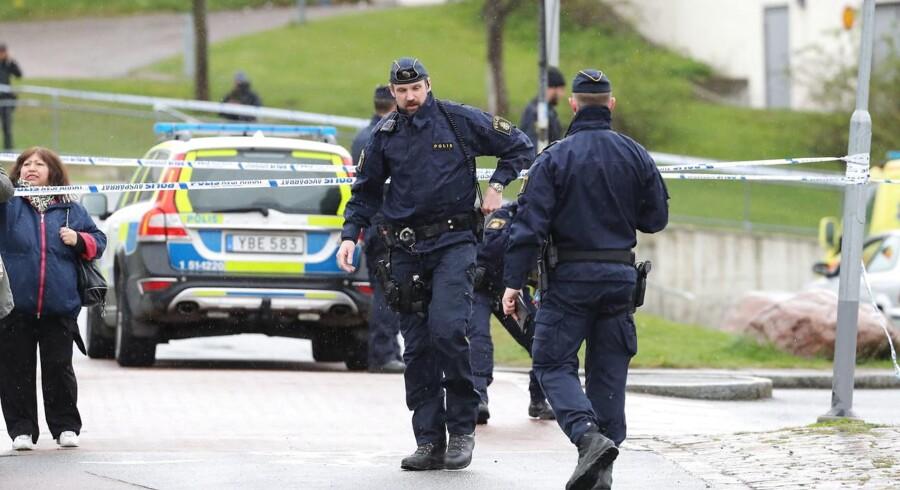 Svensk politi jagter tre mistænkte efter drab i et område med både butikker og boliger.