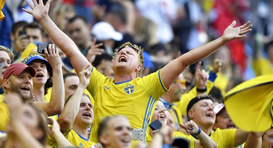 Svenskerne er stolte af deres landshold, af dets ukuelighed og konsekvens. Det er jo det, det handler om: At forblive i turneringen så længe som muligt. FOTO: AP Photo/Martin Meissner