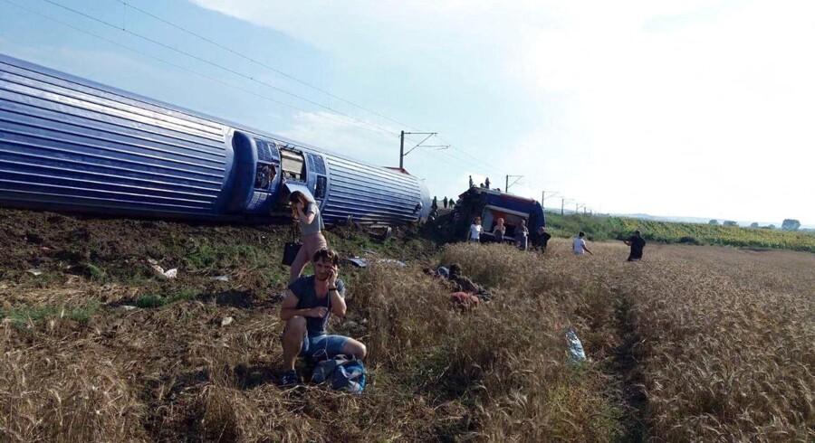 Ti personer er ifølge en regional sundhedsminister omkommet i togulykke. der var 362 passagerer med toget, der forulykkede 100 kilometer vest for Istanbul. / AFP PHOTO / DHA / DHA / Turkey OUT