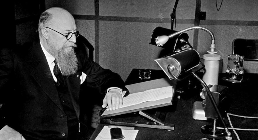 (ARKIV) Statsminister Th. Stauning holder sin nytårstale i radioen 1. januar 1941. Nytårstalen er en chance for at tale uimodsagt til befolkningen. Den kan bruges til at lancere politik. Det skriver Ritzau, mandag den 1. januar 2018.. (Foto: /Scanpix 2018)