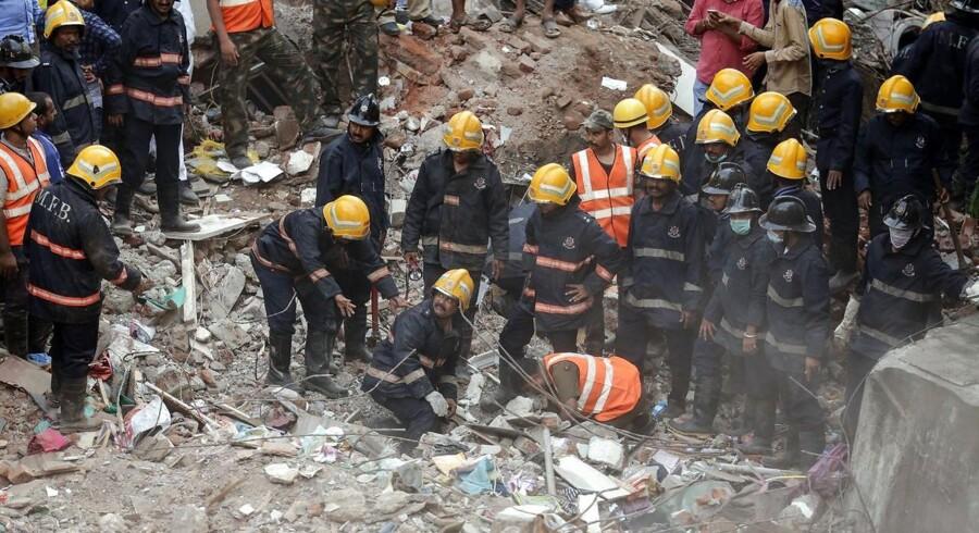 Mumbais brandvæsen leder efter indeklemte overlevende efter kollapset på et fire-etagers lejlighedskompleks i byen. Ifølge lokale medier er 12 mennesker døde i kollapset, der fandt sted den 25. juli i den indiske storby.