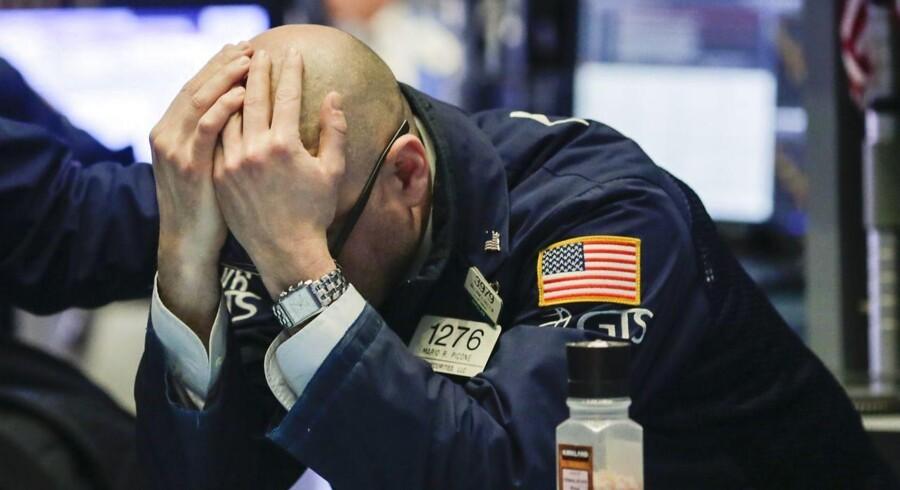 Det danske aktiemarked er i klædt mørkerødt fredag middag og har dermed kurs mod fjerde handelsdag i streg med negative reguleringer.