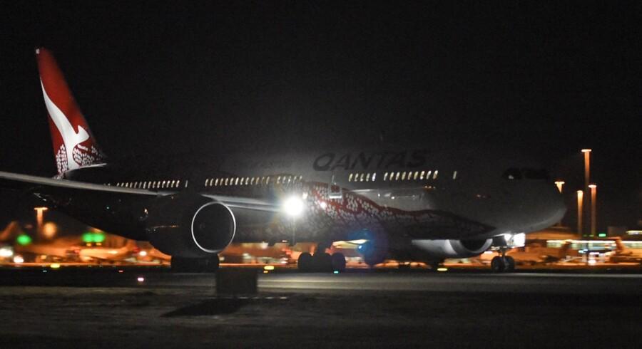 Qantas' Dreamliner 787 ved afgangen fra Perth i Australien. Efter 17 timer i luften og 14.498 kilometer landede flyet søndag morgen i London. Dermed er den første faste ruteflyvning uden mellemlanding mellem Australien og Europa en realitet.