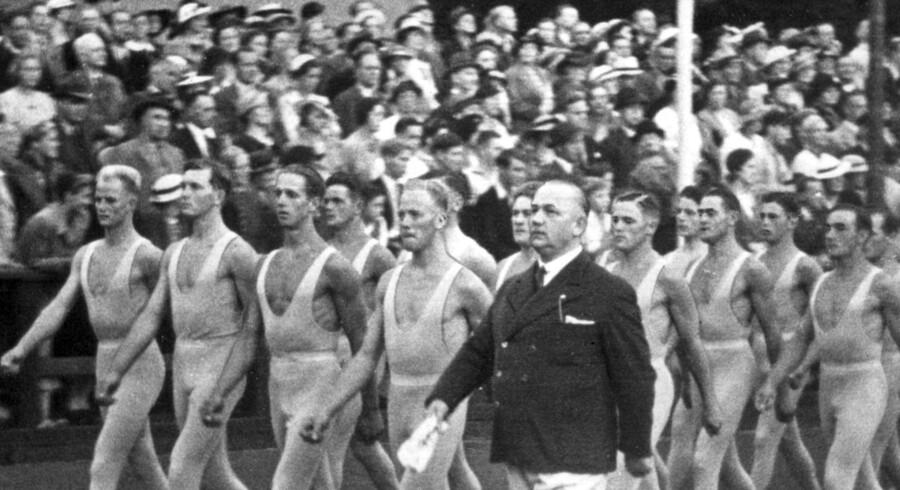 Stævne med Niels Bukh og hans gymnaster ca. 1935. Offentliggørelsen af forskningsresultaterne om den mere kontroversielle side af Bukh og Gymnastikhøjskolen viste sig positiv for institutionen. Arkivfoto: Scanpix