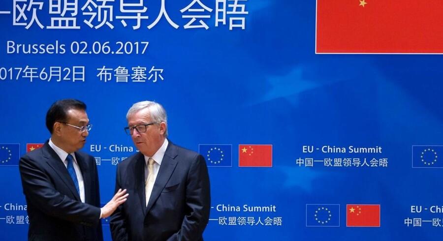 Kinas premierminister Li Keqiang (C) og EU-Kommissionens formand Jean-Claude Juncker.