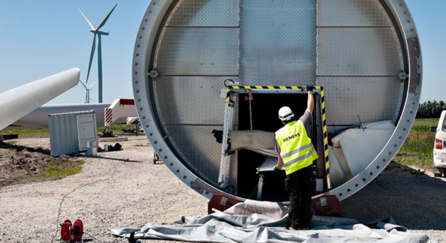 Håndværkere fra Siemens er ved at opsætte en mølle.