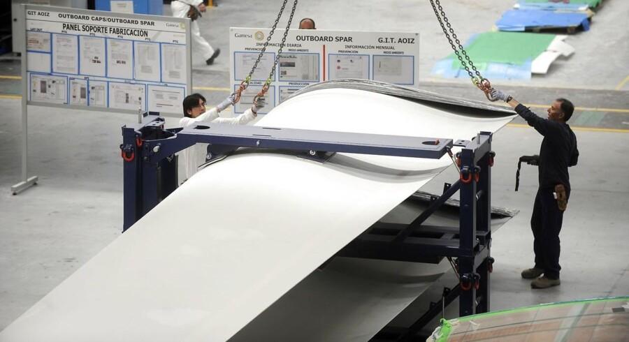 Gamesa-medarbejdere forbereder transporten af en vindmølle-vinge på fabrikken i den nordspanske by Aoiz.