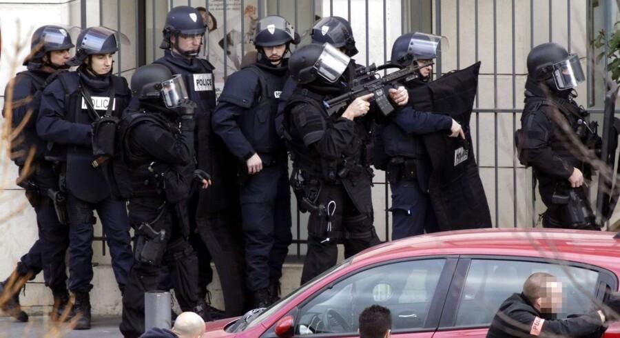 Specialtropper fra politiet er massivt til stedet ved posthuset i Colombes - en forstad til Paris. Der er ingen kendt forbindelse med sidste uges terrorangreb mod Carlie Hebdo.
