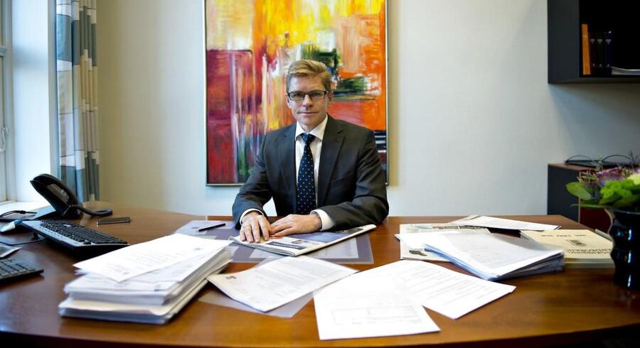 Ifølge en af de analytikere, der følger Ringkjøbing Landbank, sidder medarbejderne tættere end i andre banker for at spare på huslejen. Adm. direktør John Fisker har dog sit eget kontor i hovedsædet Torvet 1 i Ringkøbing.