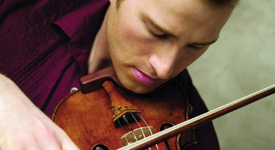 Nikolaj Znaider med Det Kongelige Teaters fondsstøttede violin til op mod 30 mio. kr. Musikeren takker for lånet med jævnlige koncerter herhjemme. Foto: Det Kgl. Teater