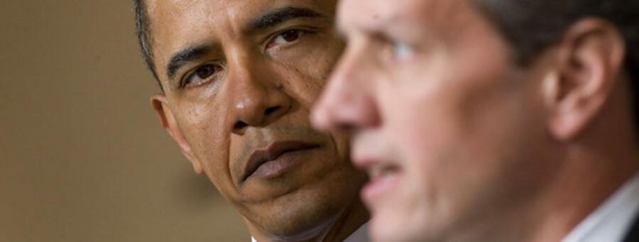 Den amerikanske præsident Barrack Obama (tv.) med sin finansminister, Timothy Geithner. Nu strammer de skatteskruen over for multinationale selskaber.