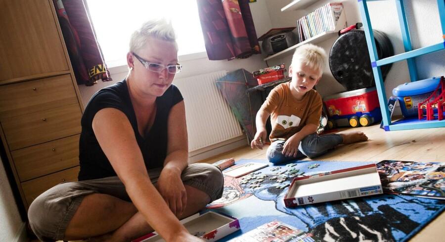 Dagpengecases. Tabita Hoffmann fra Holstebro overvejer at flytte med sin mand, søn og hund til en lejlighed omkring København, fordi hun mangler et arbejde, og manden mangler læreplads.
