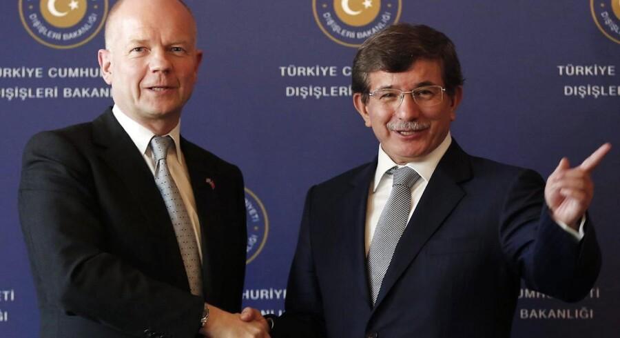 Storbritanniens udenrigsminister William Hague og hans tyrkiske kollega, Ahmet Davutoglu, hilser på hinanden under deres møde i Istanbul onsdag.