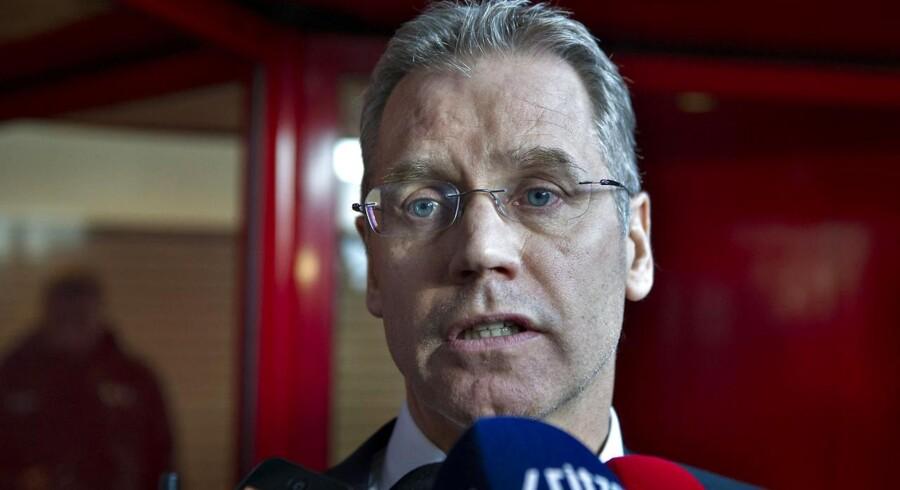 SAS Koncerchef Rickard Gustafson taler med medierne foran SAS huset i Kastrup mandag morgen den 19. november hvor en aftale er ved at være på plads. (Foto: Jens Nørgaard Larsen/Scanpix 2012).